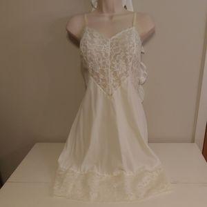 Vintage 50s/60s vanity fair ivory lace slip